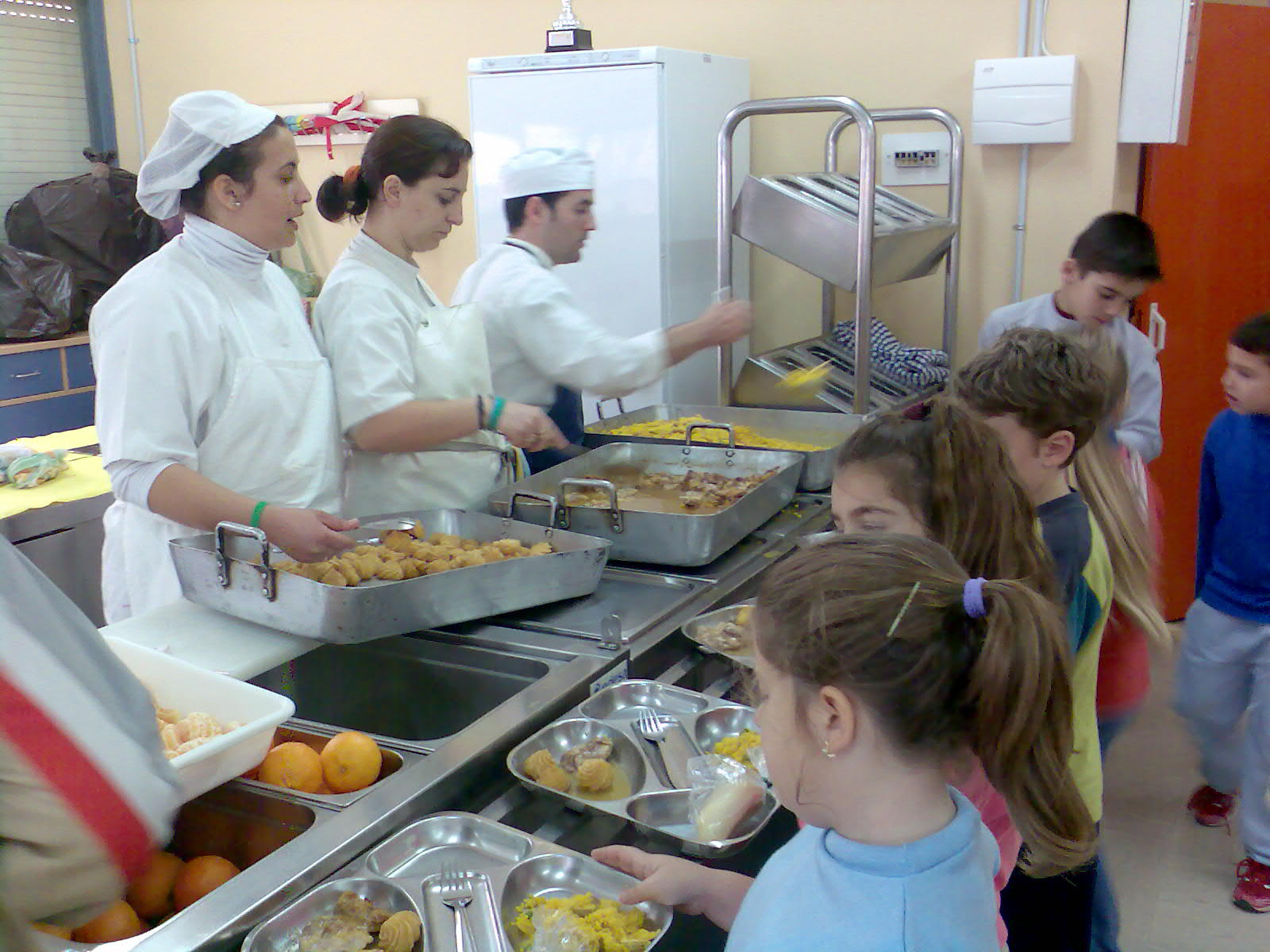 Las becas de comedor en catalu a s lo llegan al 10 de los for Comedor de escuela
