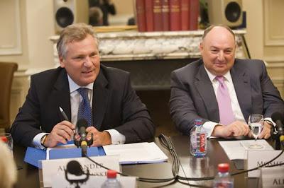 Moshe Kantor, presidente del Congreso Judío Europeo (ECJ) y el ex presidente de Polonia, Aleksander Kwasniewski (nombre real Stoltzman).