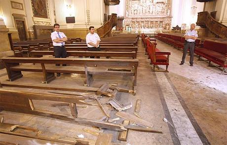 Destrozos causados por el artefacto explosivo en el interior de la basílica del Pilar, el 2 de octubre de 2015.