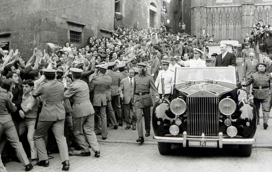 Franco, durante una de sus visitas a Barcelona, aclamado por la multitud.