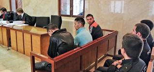 Los tres acusados de intento de homicidio, ayer, en el banquillo de la Audiencia Provincial.