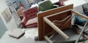 Fotografía facilitada por el Foro Universitario Francisco de Vitoria de los destrozos causados por los uiltraizquierdistas en un local de la Complutense