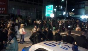 Muchos griegos se acercarona la zona del crimen para mostrar su repulsa por el atentado terrorista