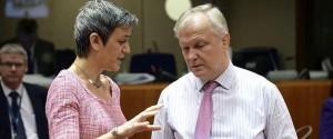 Olli Rehn junto a la responsable de Finanzas danesa en Bruselas.
