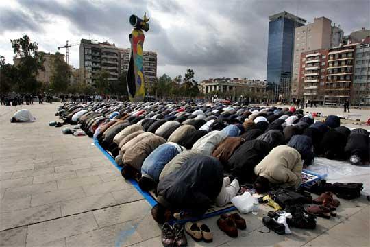 Rezo público de centenares de musulmanes en la plaza barcelonesa de Joan Miró.