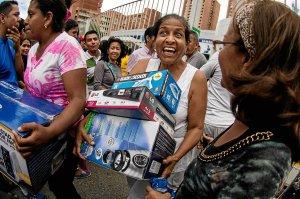 """Una mujer lleva los productos comprados a un """"precio justo""""."""