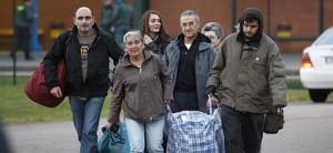 El etarra Domingo Troitiño (2d), a su salida de la prisión de Teixeiro (La Coruña).