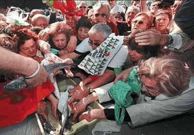Avalancha de españoles para recoger el pescado repartido gratuitamente durante la protesta del sector pesquero