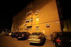 Bloque de viviendas de la calle Pesadora, de Alcalá de Guadaíra, donde residía la familia.