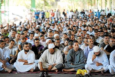 Musulmanes rezan al aire libre en Barcelona
