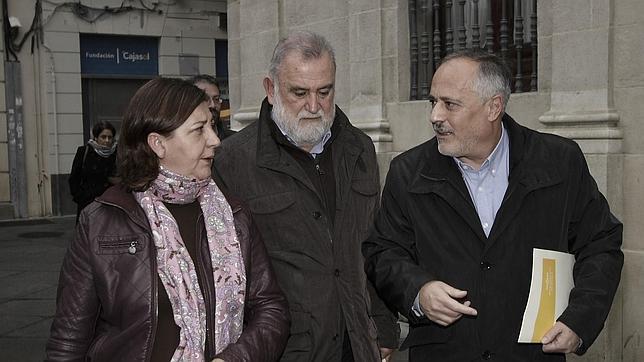 Torrijos y José Manuel García, junto a Medrano, el día que el portavoz de IU anunció su dimisión