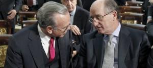 Antonio Brufau, presidente de Repsol (d) conversa con Isidre Fainé, presidente del Grupo La Caixa.
