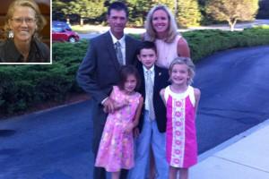 Kenny Gregory, con su mujer y sus tres hijos. En el recuadro de la parte superior, la directora que lo despidió.