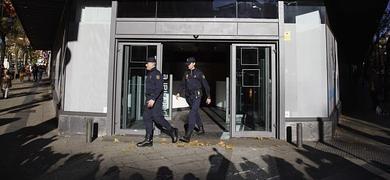 Dos policías salen de la sede del PP en Génova.