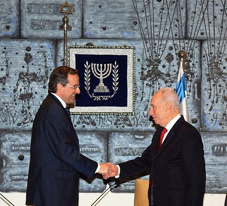Siervo y amo: Antonis Samaras y Shimon Peres.