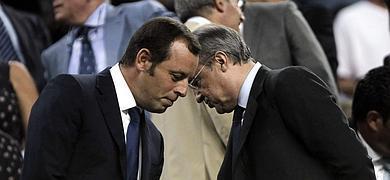 Sandro Rosell y Florentino Pérez, presidentes del Barcelona y del Real Madrid, conversan en el palco del Camp Nou.