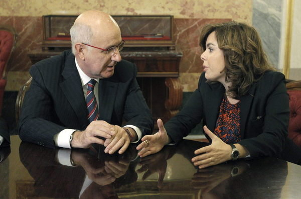 El portavoz del grupo parlamentario de CiU, Josep Antoni Durán Lleida, charla con Sáenz de Santamaría.