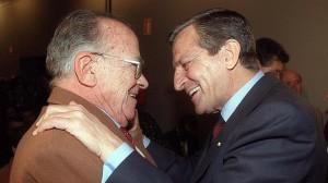 Dos viejos camaradas: Adolfo Suárez (d) abraza a Santiago Carrillo