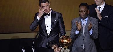 Cristiano, emocionado, recibe el galardón de manos de Pelé, junto a su hijo.