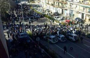 Agentes de la Guardia Civil tratan de contener la manifestación de Villacarrillo.