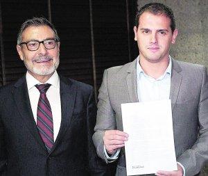 El exministro socialista Antoni Asunción (i), junto a Albert Rivera