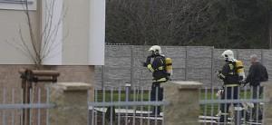 Unos bomberos llegan a la residencia del embajador palestino en Praga.