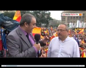 Gerard Bellalta, entrevistado por Armando Robles en la plaza de Cataluña de Barcelona