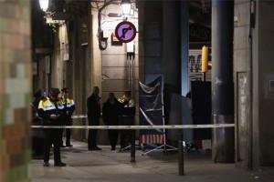 Los 'mossos d'esquadra' investigan en el lugar donde se ha producido el homicidio.