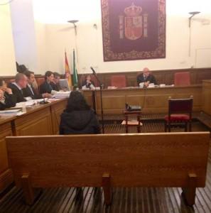 Imagen del juicio, De espaldas, la acusada.