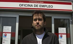 Un joven universitario ante una oficina de empleo.