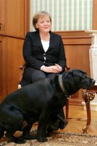Angela Merkel, en segundo término
