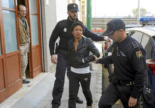 una joven de origen africano ataca con un cuchillo a su compañero