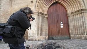 Restos del incendio provocado en la puerta principal de la iglesia de Santa Marina de Sevilla