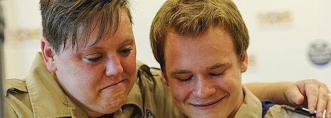 Dos activistas se abrazan tras la decisión de los Boy Scouts.