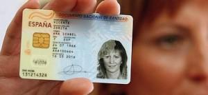 Una mujer muestra su DNI de nacionalidad española.