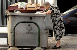Una anciana buscando comida en un contenedor de basura en Santa Cruz de Tenerife