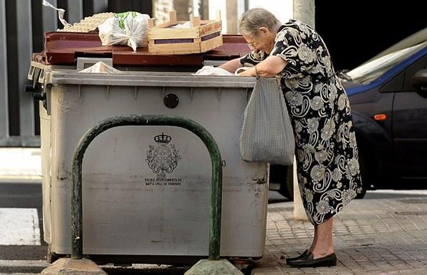 Resultado de imagen de fotos de gente rebuscando en la basura en España