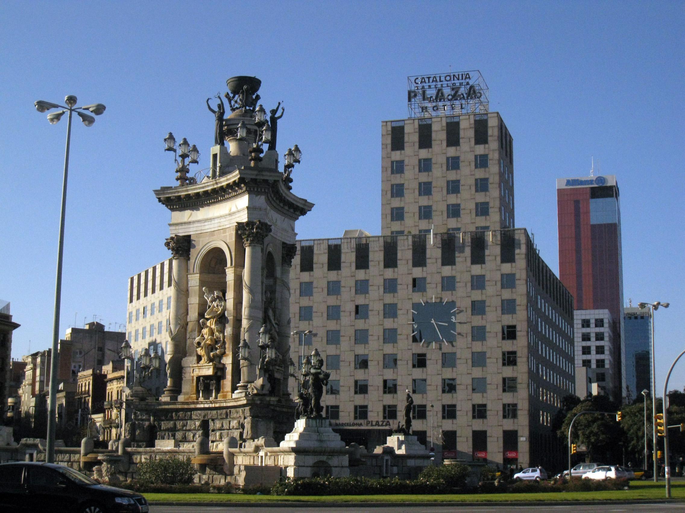 En la imagen, la barcelonesa plaza de España. Al fondo, el emblemático Catalonia Plaza, escenario de la presentación de SOLUCIONA en Cataluña.