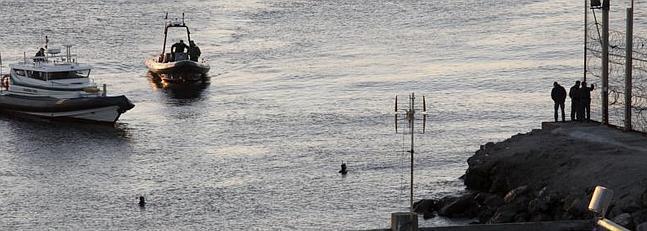 Miembros de la Guardia Civil vigilan por mar y tierra la zona del perímetro fronterizo entre Ceuta y Marruecos.