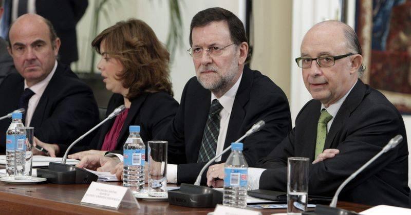 El presidente del Gobierno, Mariano Rajoy (2d); el ministro de Hacienda, Cristóbal Montoro (d); el ministro de economía, Luis de Guindos (i), y la vicepresidenta Soraya Sáenz de Santamaría (2i)