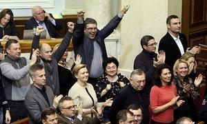 Momento en el que los diputados celebran la destitución.