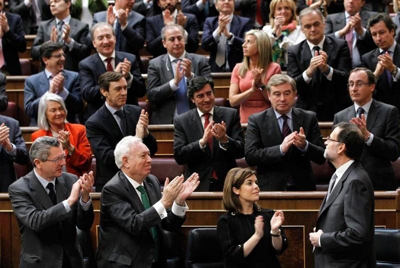 Los diputados del PP aplauden a Mariano Rajoy tras su intervención