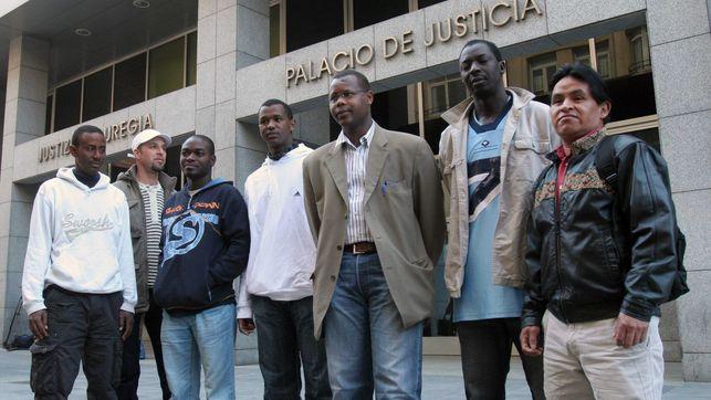 Inmigrantes estafados por la abogada vizcaína, en uno de los juicios en Bilbao.