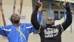 Dos ilegales celebran haber pasado la frontera de Melilla
