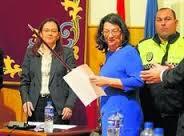 Juana Caballero con el bastón de mando tras ser investida alcaldesa de Palomares.