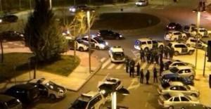 Un grupo de personas se lanza contra la policía para impedir que detengan a una mujer