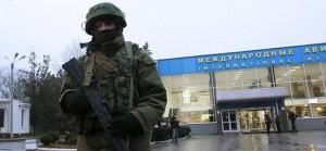 Un hombre armada vigila el exterior del aeropuerto regional de Simferopol.