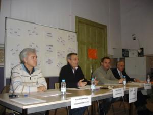De lacayos a felones: August Armengol y Robert Hernando rodean a Josep Anglada.