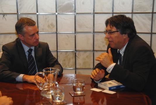 Iñigo Urkullu (i) con el embajador de Israel en España, Alon Bar