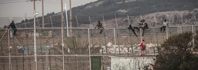 Momento en el que algunos inmigrantes saltan la valla.